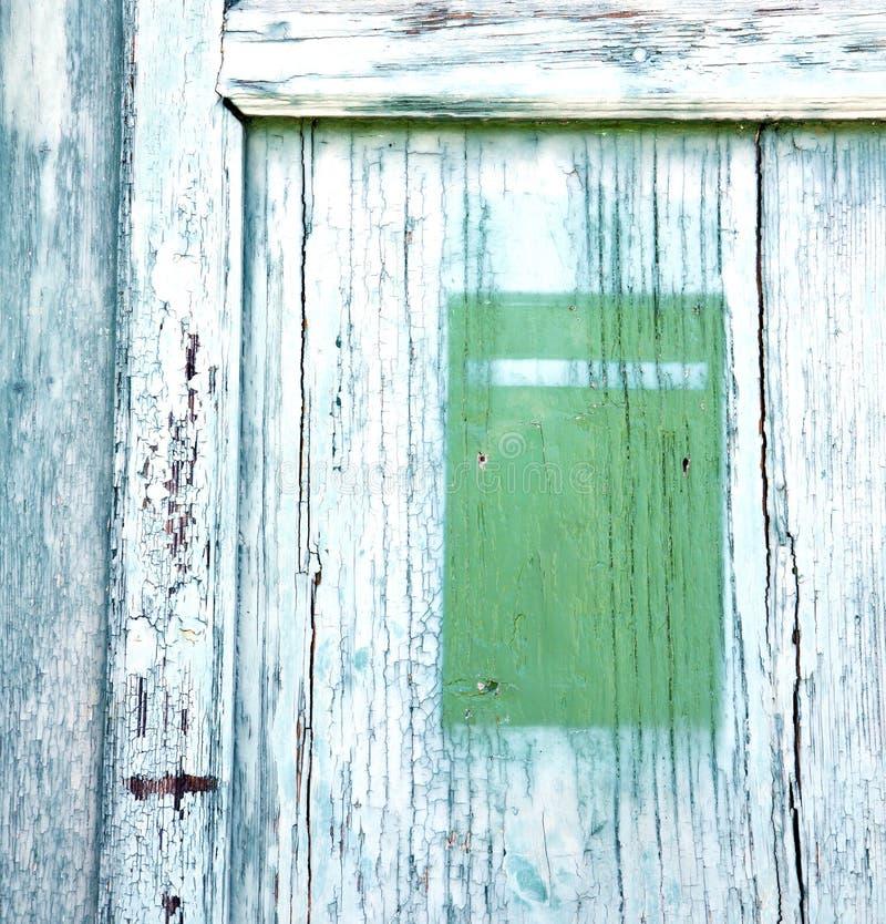 geben Sie rostigen braunen Messingklopfer Post castronno Zusammenfassung bekannt lizenzfreies stockfoto