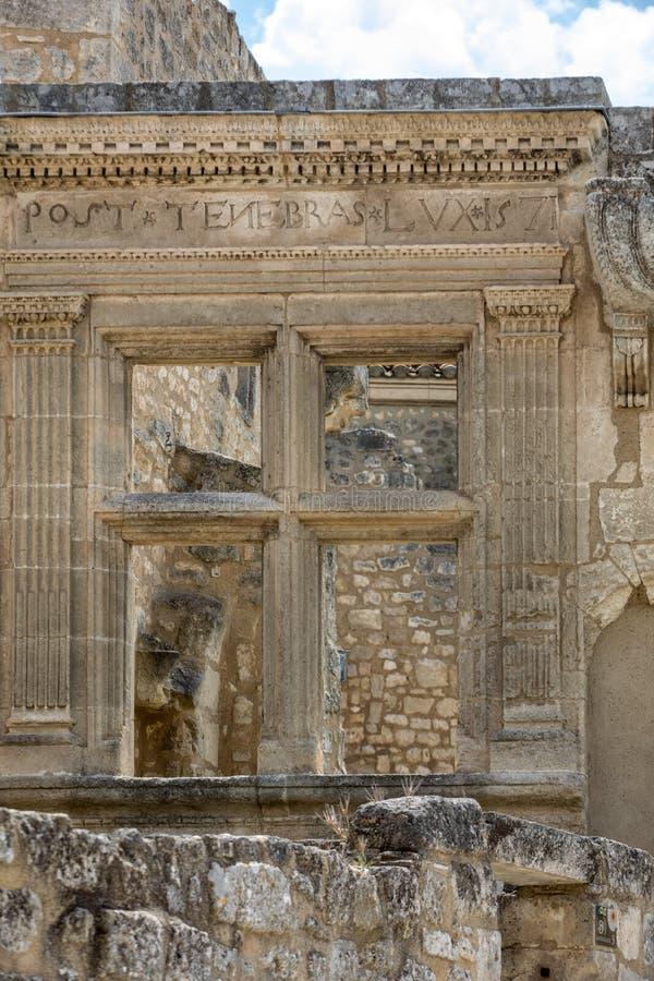 Geben Sie Tenebras-Luxfenster, Spur der Renaissance im Dorf von Les Baux-De-Provence bekannt, stockfotos