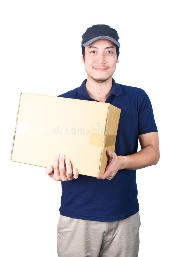 Gebendes und tragendes Paket O des lächelnden hübschen asiatischen Lieferers lizenzfreie stockbilder