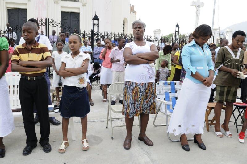 Gebet außerhalb einer Kirche. lizenzfreies stockbild