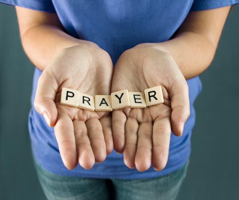 Gebet buchstabiert in den Fliesen lizenzfreie stockfotos
