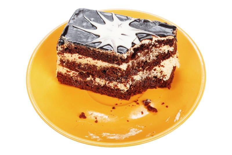 Gebeten chocoladecake op oranje plaat royalty-vrije stock afbeeldingen