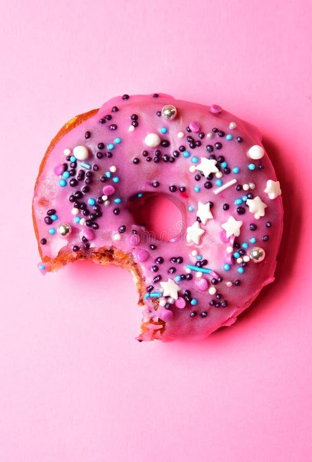 Gebeten die doughnut met het roze berijpen wordt behandeld royalty-vrije stock foto's