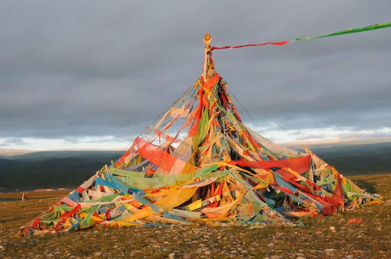 Gebetmarkierungsfahnen des Tibetaners (Jingfan) am Sonnenaufgang stockfoto