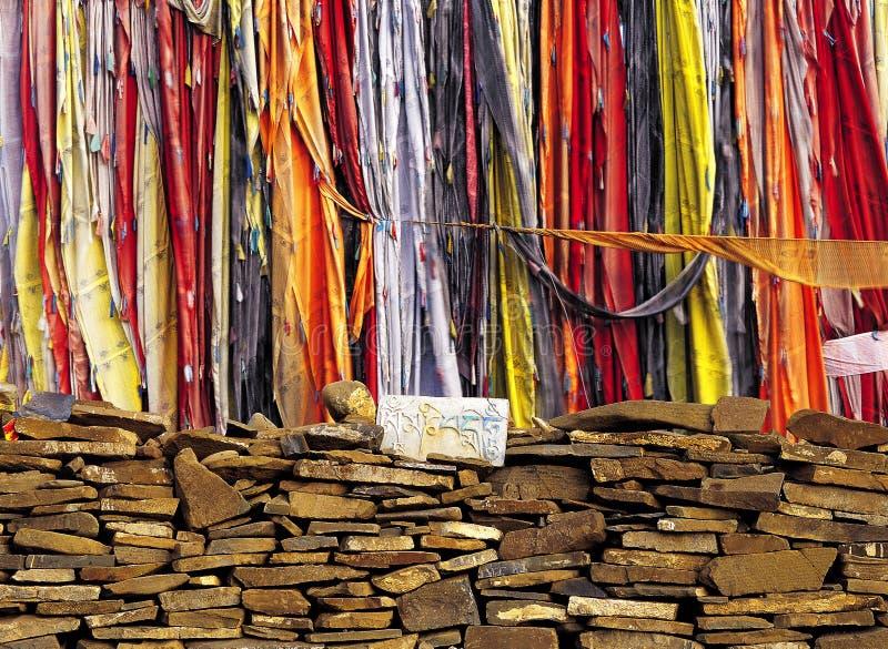Gebetmarkierungsfahnen des Tibetaners und betende (mani) Steine lizenzfreies stockbild