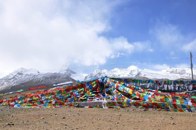 Gebetmarkierungsfahnen und -berge in Tibet stockfotografie