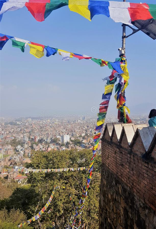 Gebets-Flaggen im Wind in Nepal lizenzfreie stockbilder