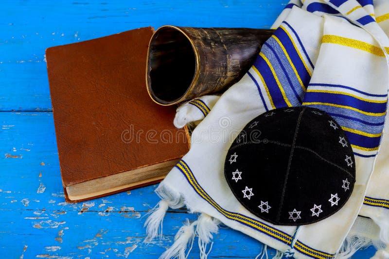 Gebets-Schal - jüdisches religiöses Symbol Horns Tallit und des Shofar stockfotos