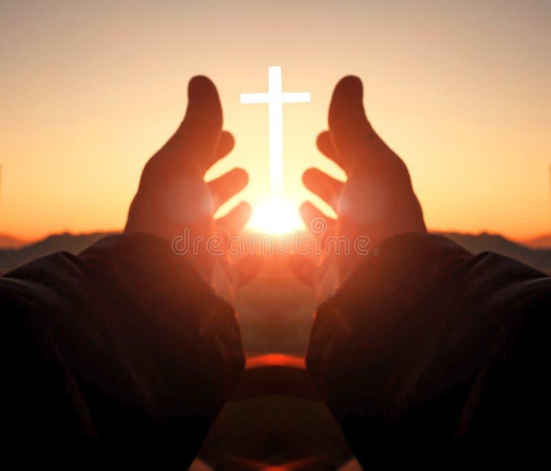 Gebets- und Anbetungskonzept: Menschliche Hände öffnen hohe Anbetung der Palme lizenzfreie stockfotos
