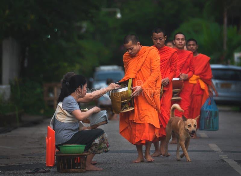 Gebets- und Morgenalmosenzeremonie, Luang Prabang, Laos lizenzfreie stockfotografie