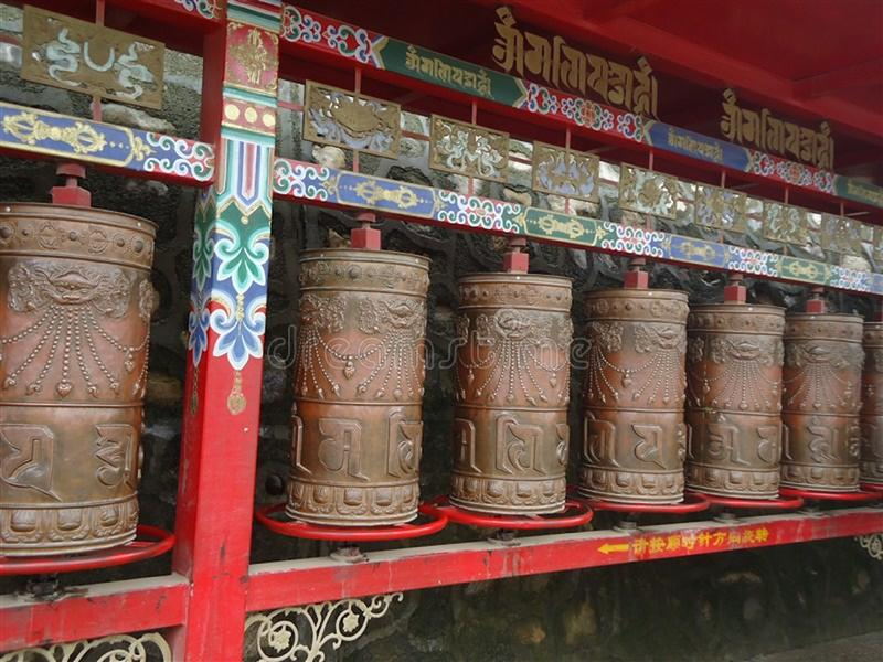 Gebetsräder vor Ta-'äh Tempel in Xining, China stockbild