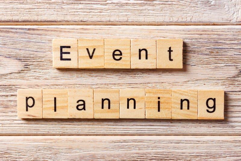 Gebeurtenis planningswoord op houtsnede wordt geschreven die Gebeurtenis planningstekst op lijst, concept stock afbeeldingen