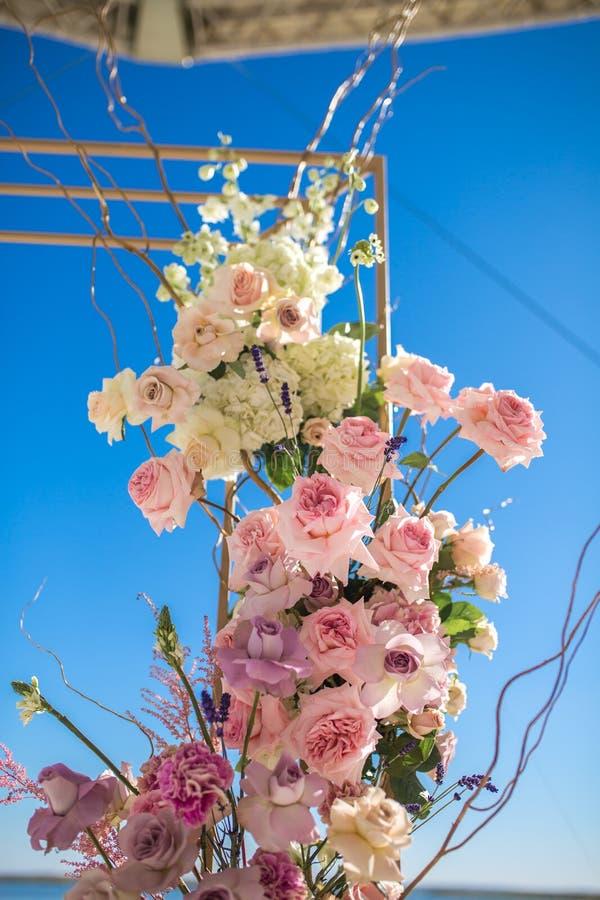 Gebeurtenisdecoratie Huwelijkschuppa bij rivieroever met verse bloemen wordt verfraaid die Bloemistwerkschema royalty-vrije stock afbeelding