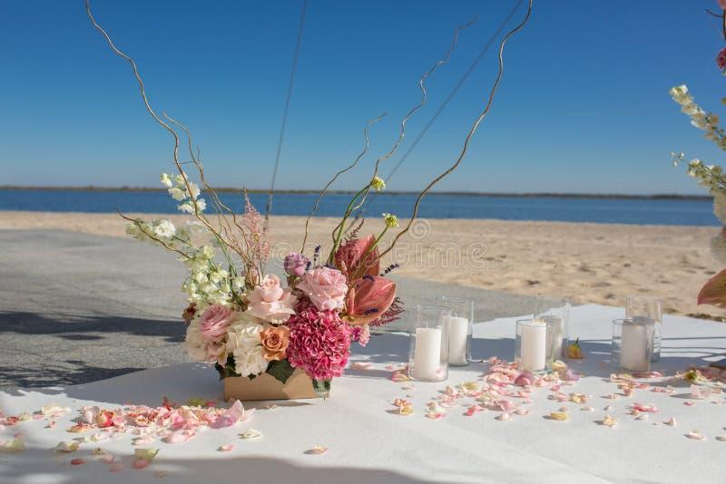 Gebeurtenisdecoratie Huwelijkschuppa bij rivieroever met verse bloemen wordt verfraaid die Bloemistwerkschema stock foto