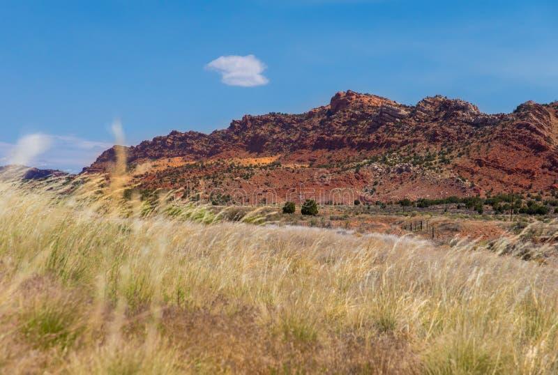 Gebied en rode rotsvorming de zomer van de de wegreis in van Arizona, de V.S. royalty-vrije stock foto's