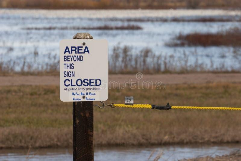 Gebied gesloten teken bij park stock foto
