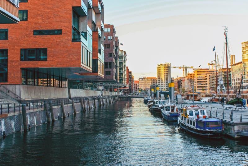 Gebied van dijk Landungsbrucken op de Elbe Rivier met schepen, boten en de stad van havenhafen Hamburg, Duitsland royalty-vrije stock fotografie