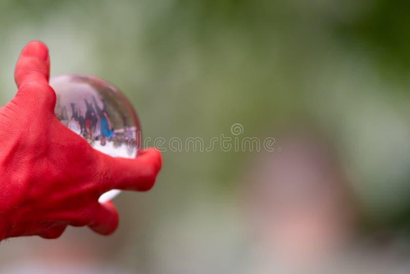 Gebied van het hand het clutching glas met binnen blijkbaar gevangen mensen stock afbeeldingen