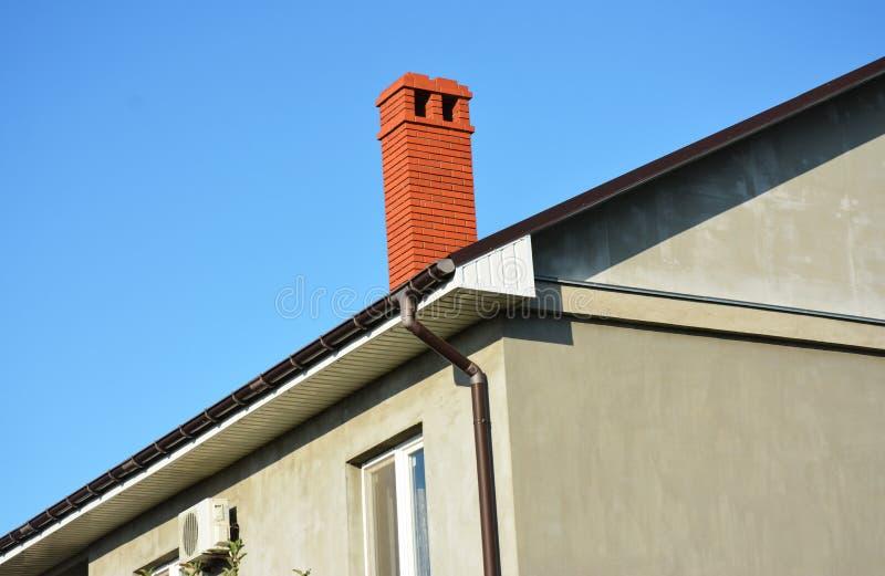 Gebied van het het systeemprobleem van de dak het guttering pijpleiding Het installeren en reparatiedakgoot stock fotografie