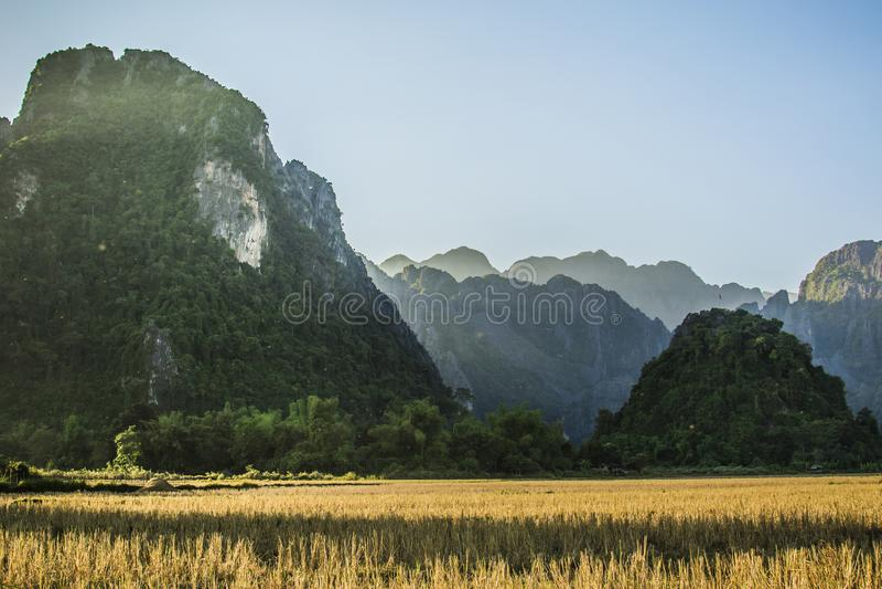 Gebieden en bergen in vanvieng lao stock afbeelding