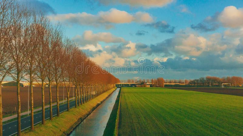 Gebieden onder hemel en wolken in het Nederlandse platteland dichtbij Rotterdam, Nederland royalty-vrije stock fotografie