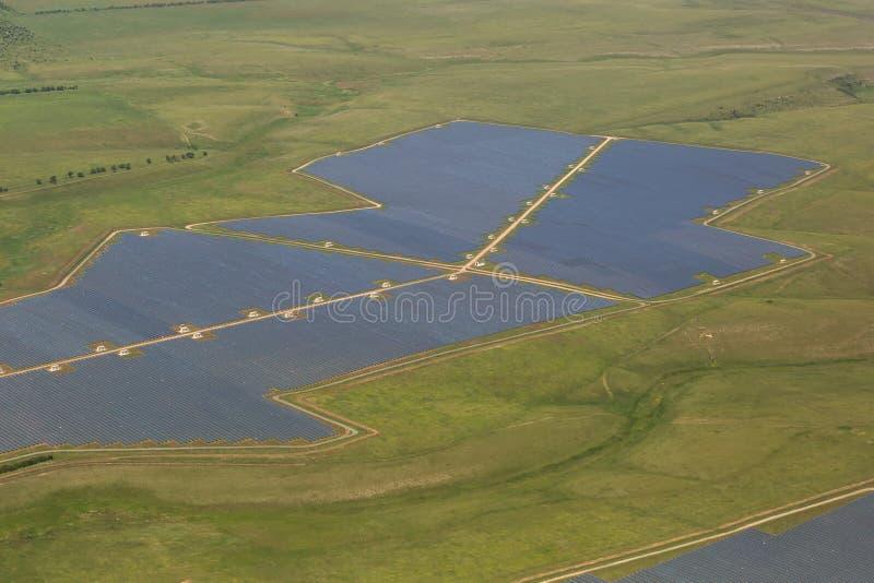 Gebieden van zonnepanelen op benadering van Simferopol royalty-vrije stock afbeelding