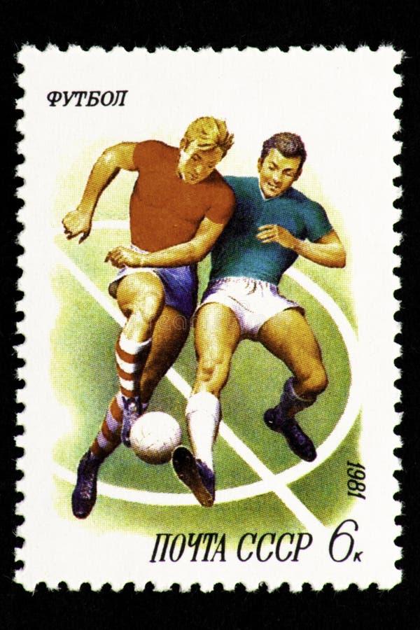 07 24 Gebiet 2019 Divnoe Stavropol Russland - UDSSR-Briefmarke 1981 Fu?ball Zwei Fußballspieler kämpfen für einen Ball auf einem  stock abbildung