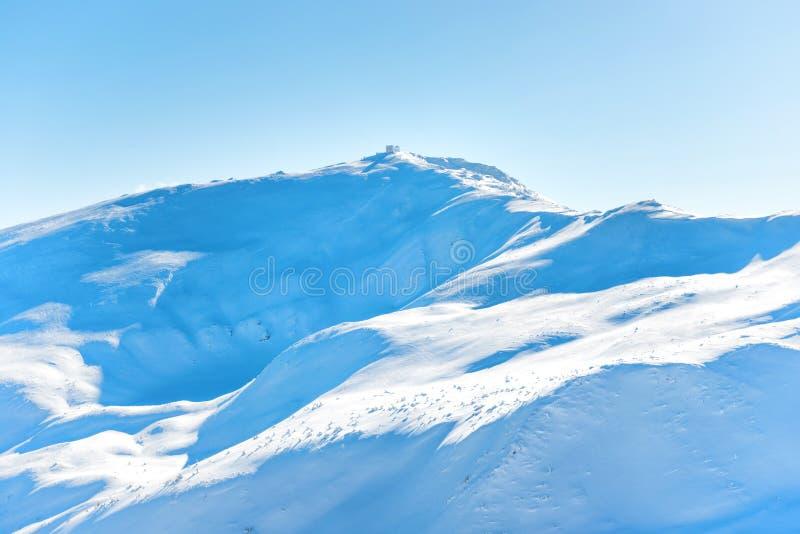 Gebirgesspitzen im Schnee lizenzfreie stockfotos
