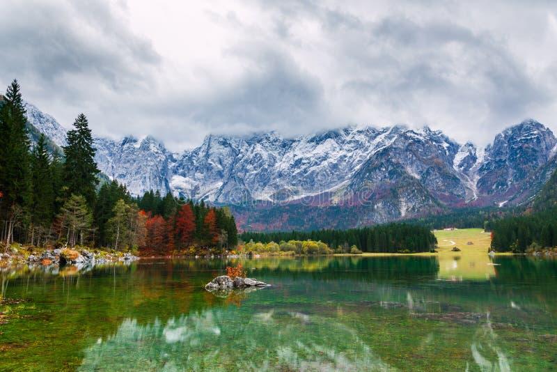 Gebirgs-See See Fusine Lago di Fusine in Nord-Italien lizenzfreies stockbild