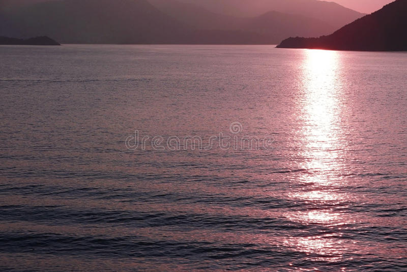 Gebirgs-, See- und Wasserwelle bei Sonnenuntergang stockfotografie