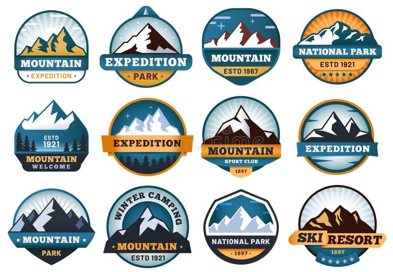 Gebirgsaufkleber Embleme wandernd, versinnbildlichen Berge Ausweise und Freienhügelreiseaufklebervektorsatz vektor abbildung