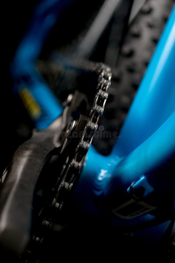 Gebirgsfahrradphotographie im Studio, Fahrrad zerteilt, Kettendetail stockbild