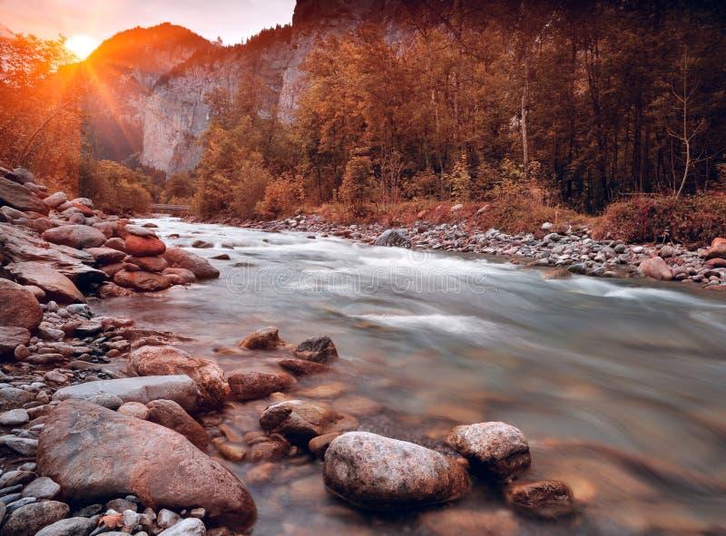 Gebirgsfluß im Lauterbrunnen Tal lizenzfreie stockfotos