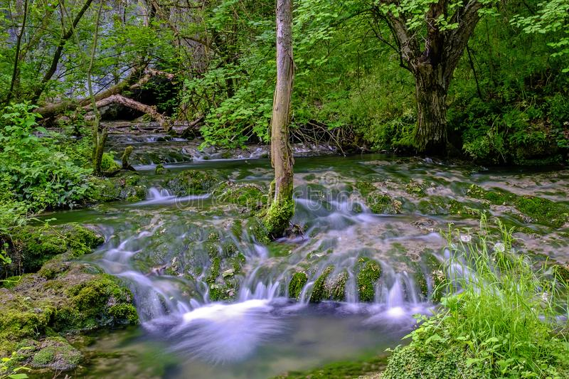 Gebirgsfluss mit fließendem Wasser lizenzfreies stockbild
