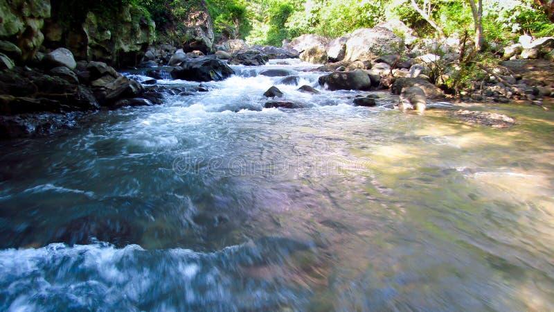 Gebirgsfluss mitten in Wald, in Tasikmalaya, West-Java, Indonesien stockbilder