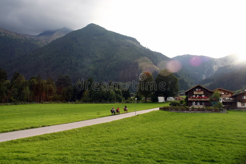 Gebirgsgebirgsfahrrad-Wanderung lizenzfreie stockfotos