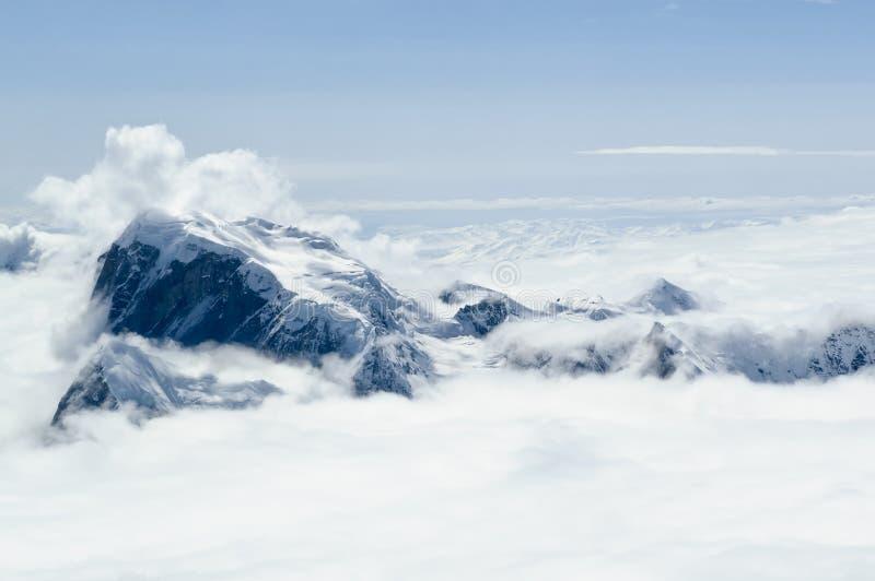 Gebirgsgipfel und -wolken stockfotos