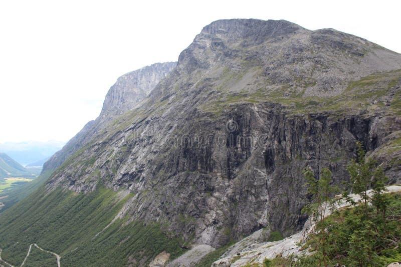 Gebirgsgipfel unter dem Weg der Schleppangeln (Norweger Trollstigen) stockfotografie