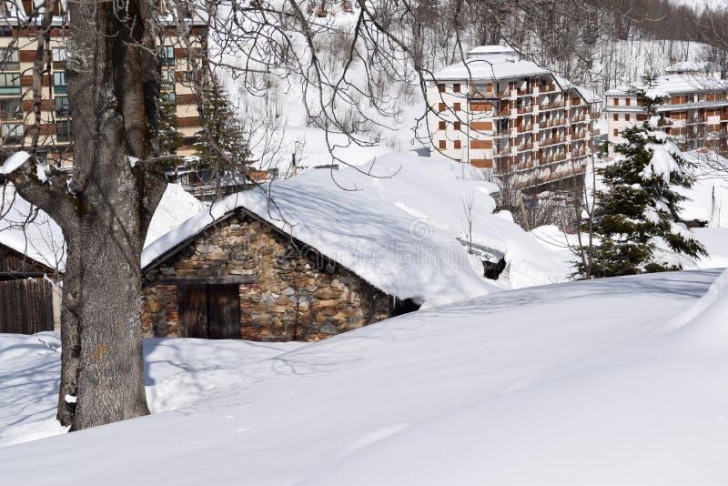 Gebirgshäuser bedeckt mit Schnee stockfotos