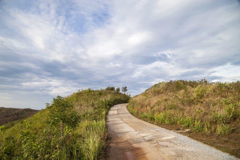 Gebirgshügelstandpunkt mit Straßenwegweise, szenischer Markstein an B stockfotografie
