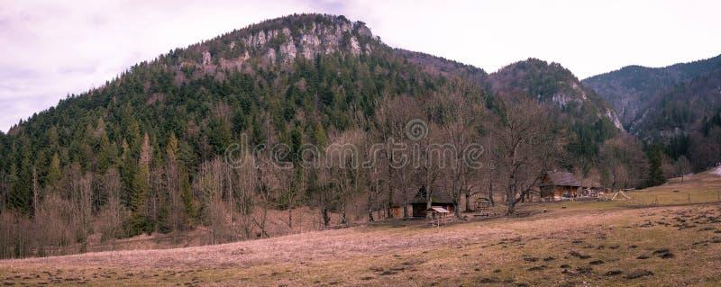 Gebirgshütte in einem malerischen Tal lizenzfreie stockfotos