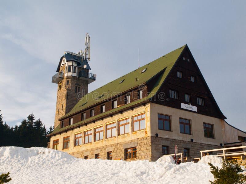 Gebirgshütte mit Ausblickturm stockbilder
