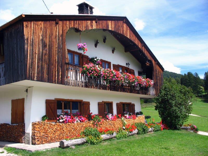 Gebirgshaus in den Dolomit lizenzfreie stockbilder