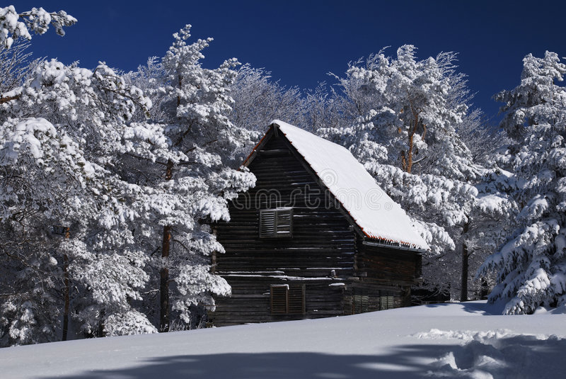 Gebirgshaus im Schnee stockfotos