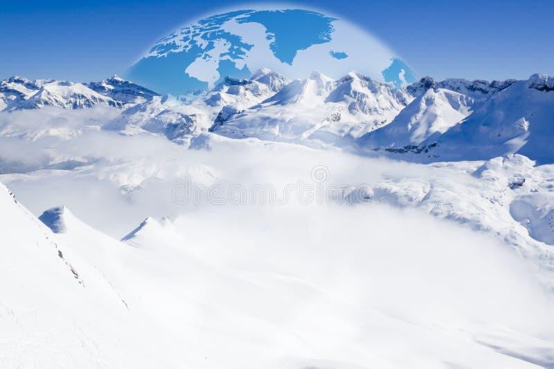 Gebirgskette voll des Schnees und des Tales voll des Nebels stockfoto