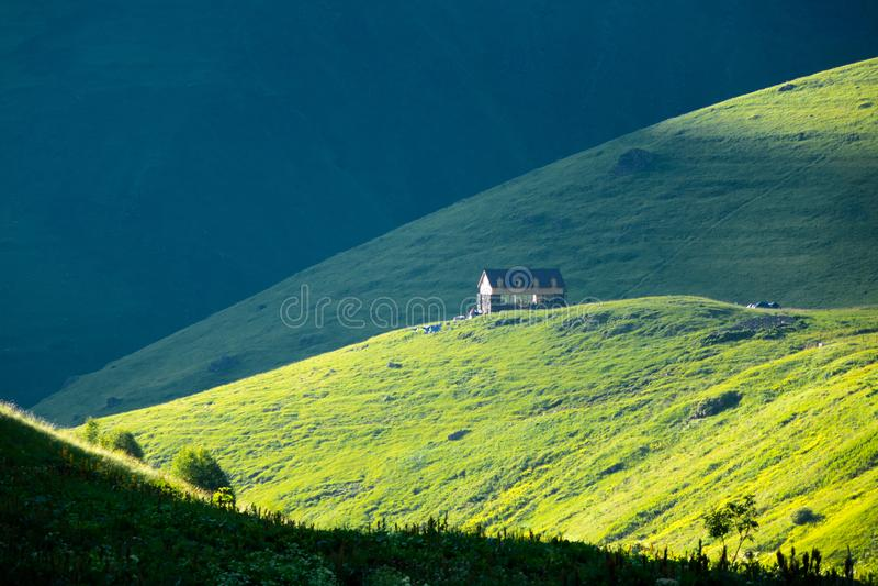 Gebirgslager im schönen Gebirgstal von Chauchi lizenzfreies stockfoto