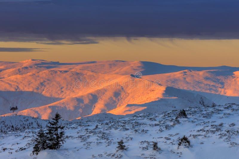 Gebirgslandschaft im Winter lizenzfreie stockfotografie