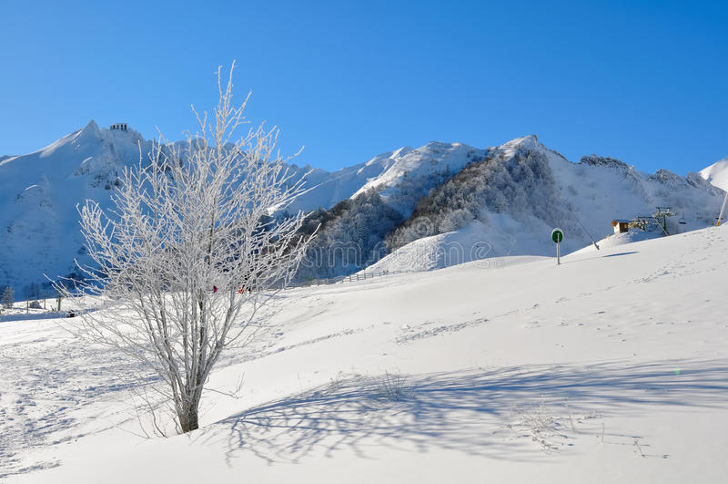 Gebirgslandschaft im Winter in einem Skiort lizenzfreie stockfotografie
