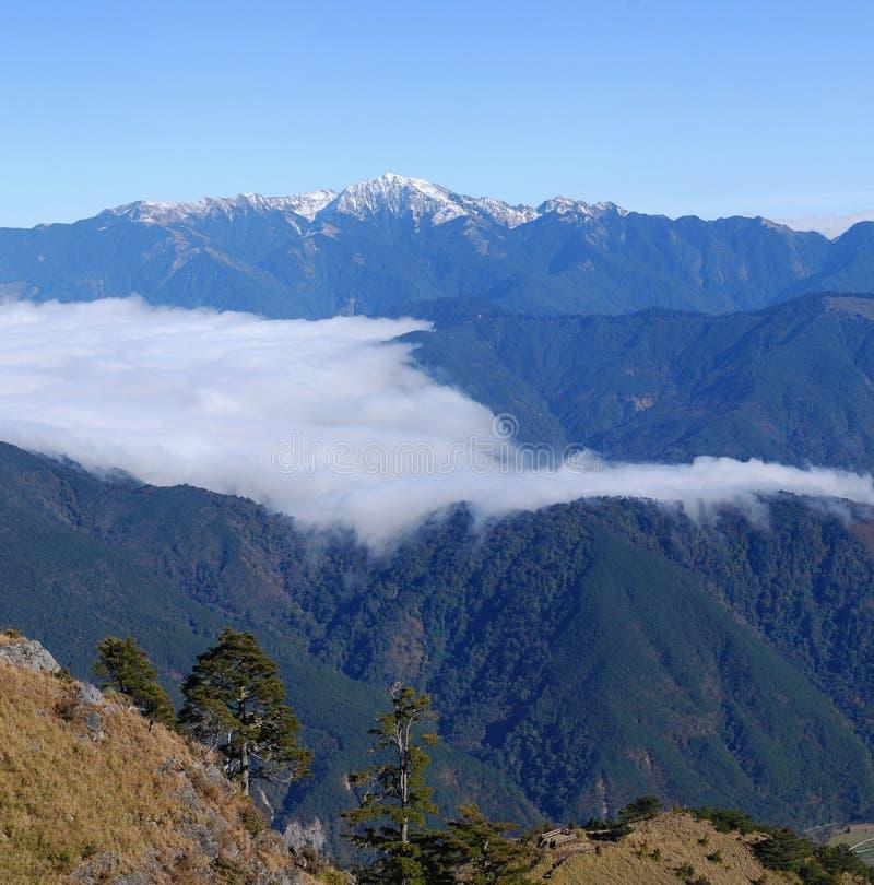 Gebirgslandschaft mit der flüssigen Wolke szenisch stockbilder