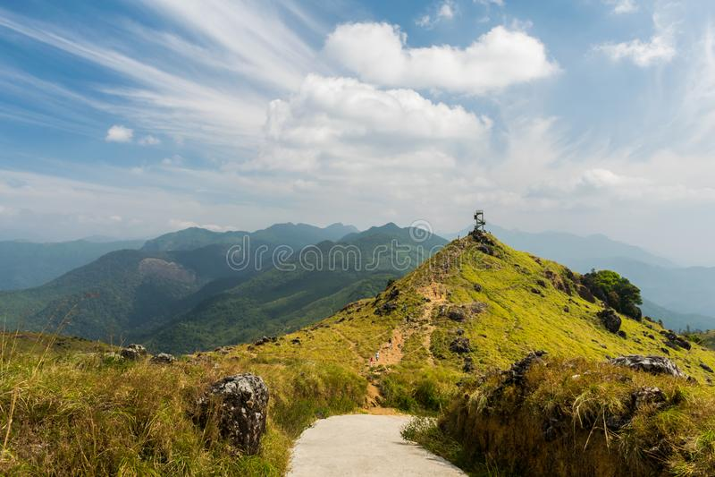 Gebirgslandschaft mit einem Ansichtturm lizenzfreie stockfotografie